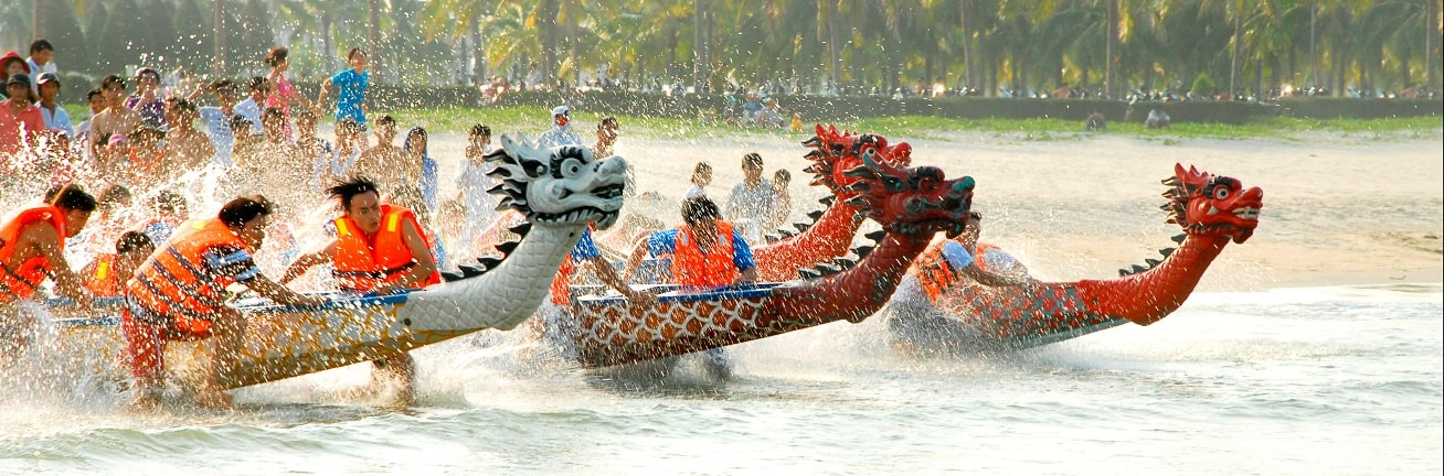 Đua thuyền rồng trên biển
