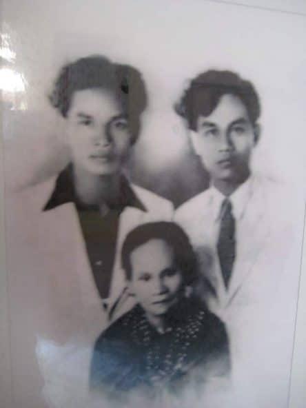 Xuân Diệu và Ngô Tịnh Hà (em cùng cha cùng mẹ) và mẹ ruột: bà Nguyễn Thị Hiệp.