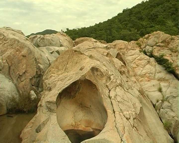 ngọn thác mang tên người con gái Răglay là Yavly, hay còn gọi là thác Mây