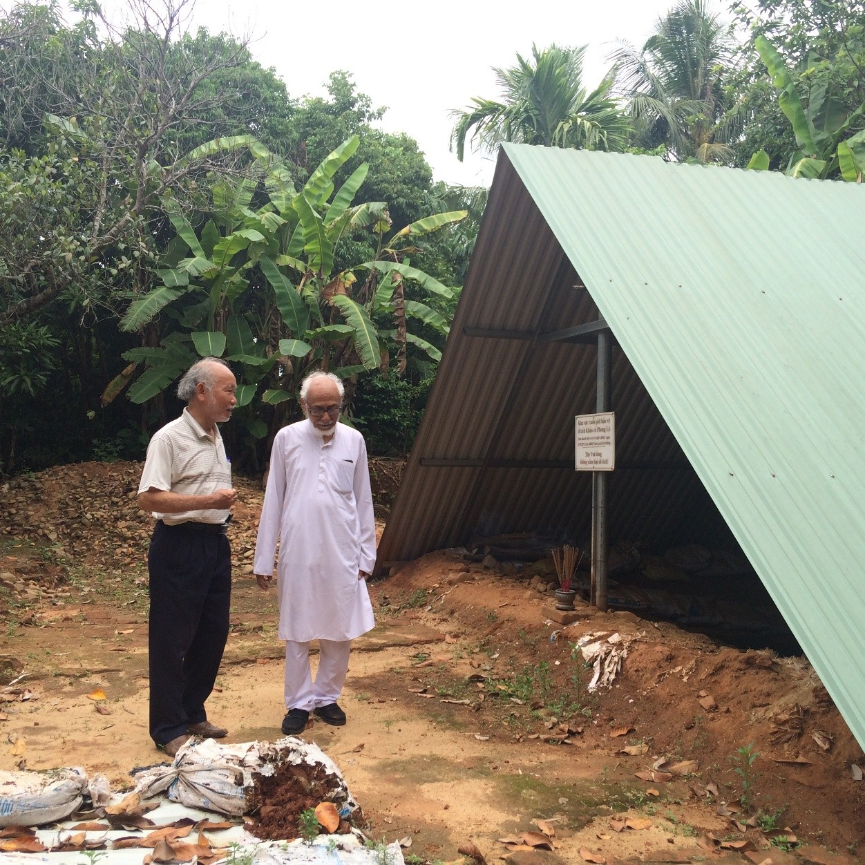Mr Võ Văn Thắng (Director of Cham Museum) talked to Mr Geetesh Sharma (Chairman of the India-Vietnam Solidarity Committee) at the site of Phong Lệ (2017).
