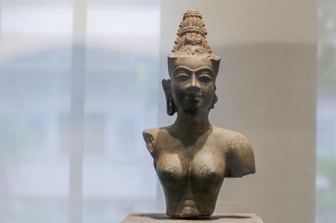 Tượng bán thân nữ thần Devi