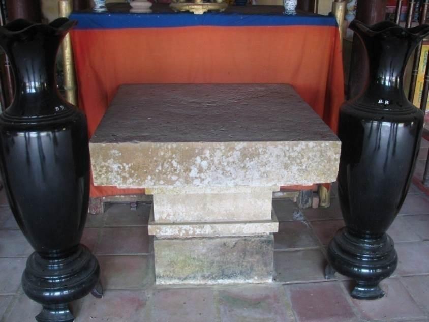 Bệ Yoni đặt gian giữa đình Bồ Bản để thờ (phần chân đội bệ thờ giao thoa với Chăm ?) (xã Hòa Phong, huyện Hòa Vang, TP.Đà Nẵng)