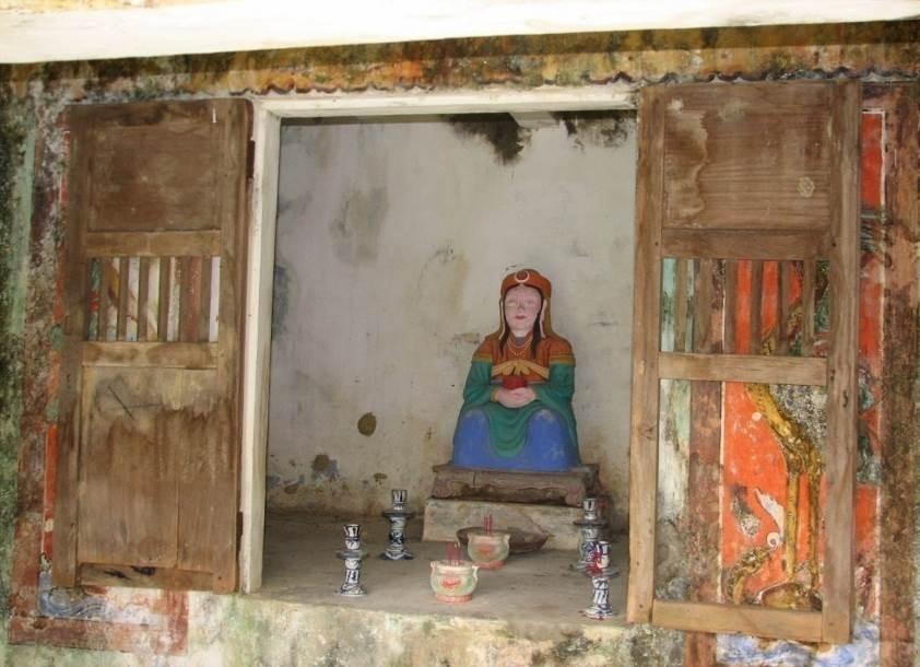 Tượng Bà Chúa Ngọc (Thiên Y A Na) đặt trong khám thờ của miễu (tại thôn Phước Hưng, Xã Hòa Nhơn, huyện Hòa Vang)
