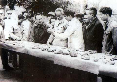 Thủ tướng Phạm Văn Đồng thăm công trường khai quật tại di tích Đồng Đậu năm 1969.