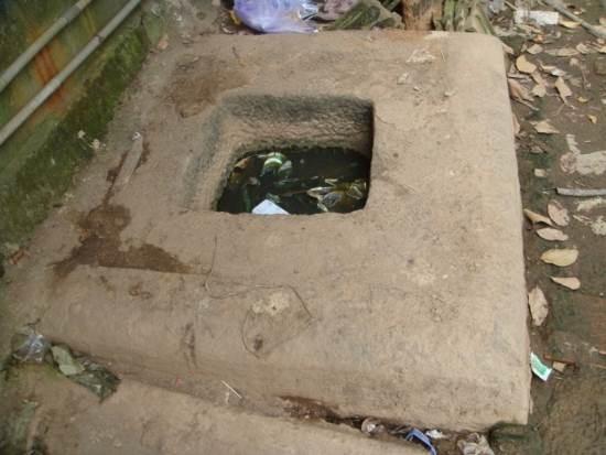 Bệ thờ Yoni, chính giữa có lỗ chốt hình vuông