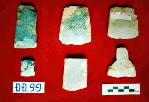 Rìu, bôn bằng đá phát hiện tại di tích khảo cổ học Đồng Đậu năm 1999.