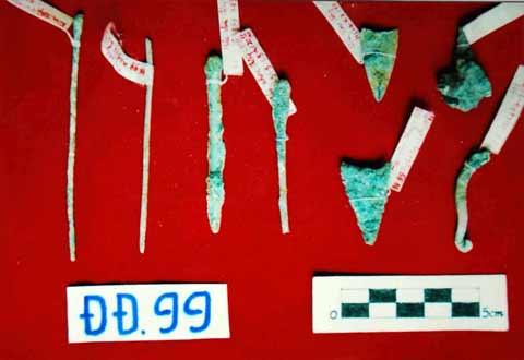 Các hiện vật bằng đồng phát hiện tại di tích khảo cổ học Đồng Đậu năm 1999.