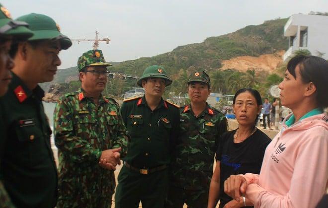Lãnh đạo Quân khu 5 và Bộ Chỉ huy quân sự tỉnh Bình Định trao đổi với người dân sống ven biển Quy Nhơn
