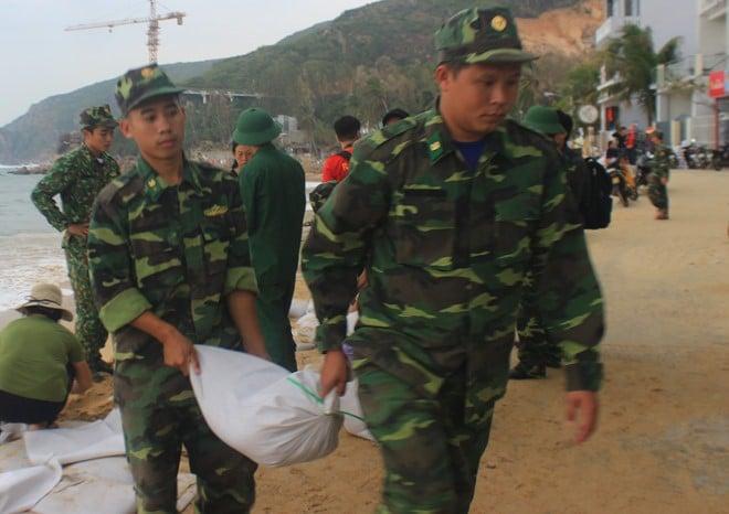 Bộ đội giúp người dân chèn chống nhà cửa