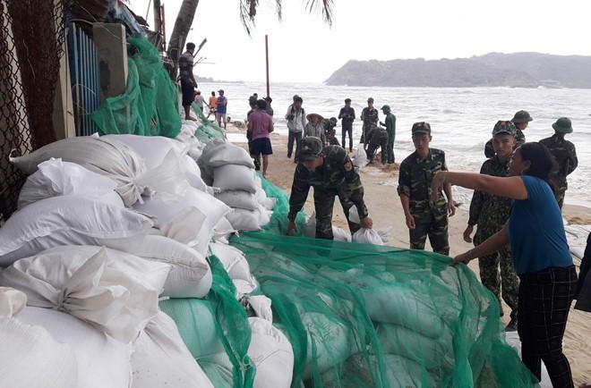 Nhiều bộ đội, chiến sĩ được điều đến xã Nhơn Hải để giúp dân tránh bão số 6