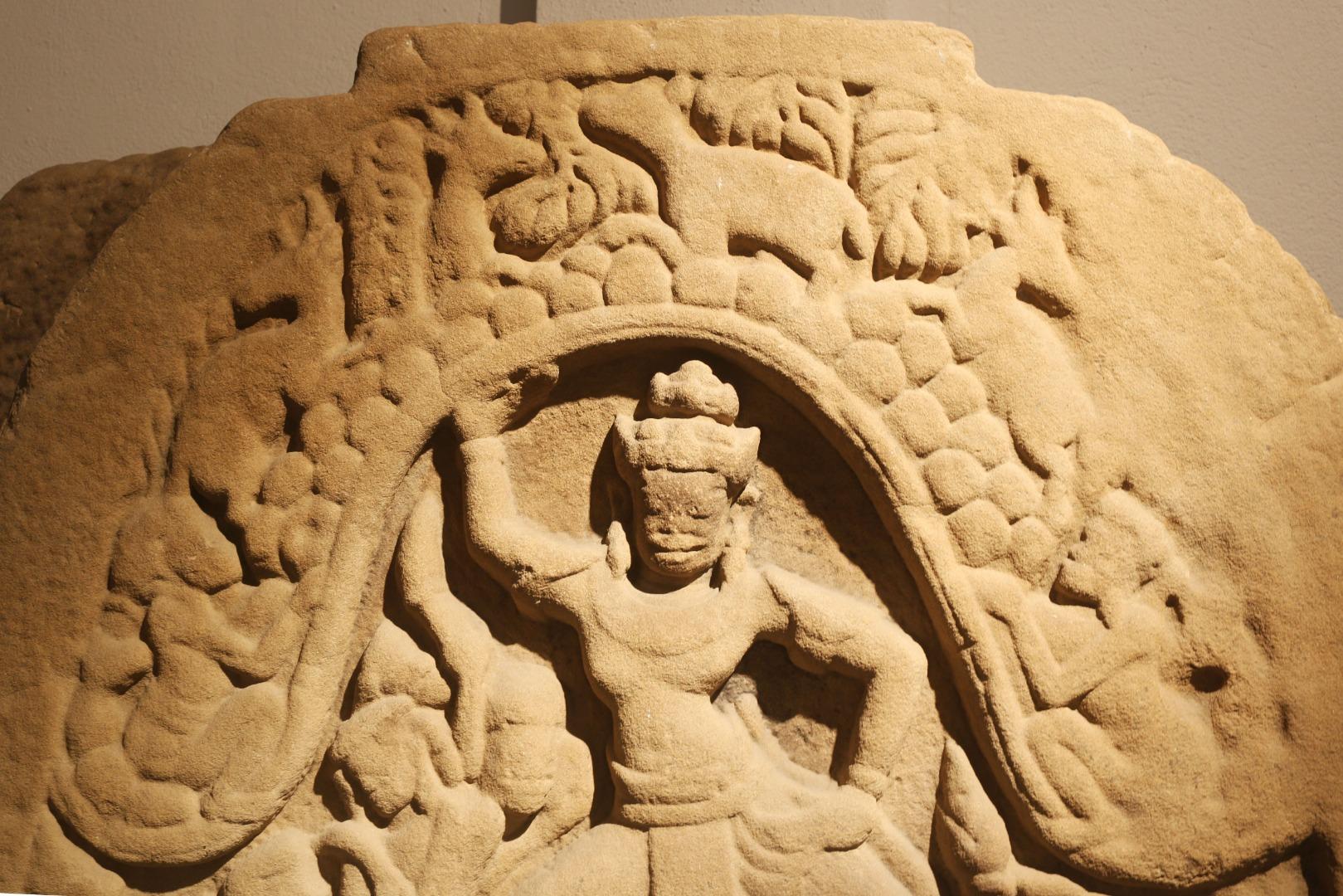 Phần giữa thể hiện dân làng và đàn gia súc quây quần hai bên Krishna, khép nép dưới vòm ngọn núi Govardhana trong sự che chở của thần để tránh cơn mưa lũ của thần Indra gây ra trong cơn thịnh nộ.