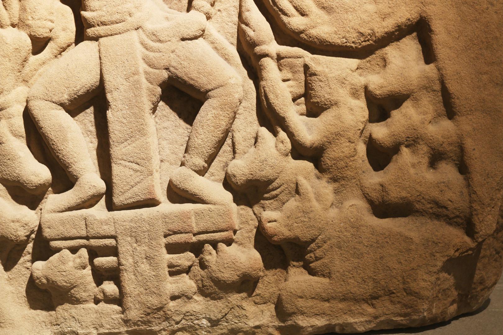 Phần dưới thể hiện những con bò nằm kề bên Krishna vì ngài là thần mục đồng, thường ca hát thổi sáo rong chơi trên những cánh đồng bát ngát