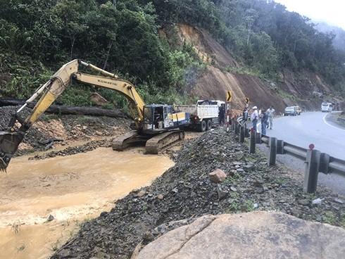 Tuyến đường đèo Khánh Lê – Lâm Đồng bị sạt lở do ảnh hưởng của cơn bão số 5 (ảnh minh họa)