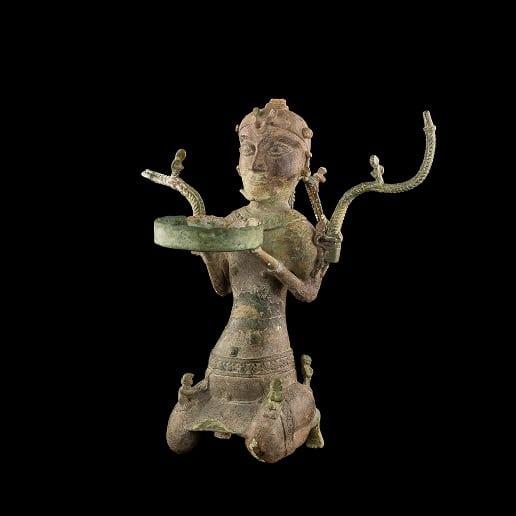 Cây đèn hình người quỳ được nhà khảo cổ học Olov Janse (Thụy Điển) phát hiện khi khai quật di tích Lạch Trường (Hoằng Hóa, Thanh Hóa)