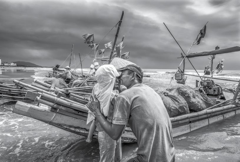 Lấy chồng nghề ruộng em theo Lấy chồng nghề biển, hồn treo cột buồm.