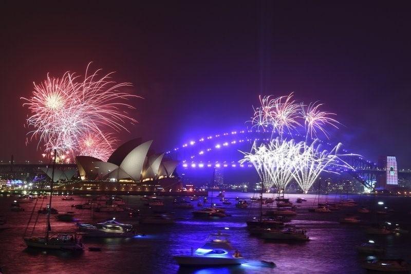Màn pháo hoa lung linh tỏa sáng trên bầu trời Sydney bất chấp khói mù do cháy rừng