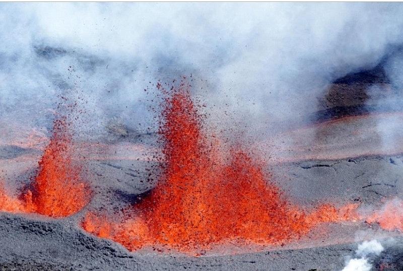 Một trong những ngọn núi lửa hoạt động mạnh nhất thế giới là đỉnh núi Piton de la Fournaise trên đảo Réunion của Pháp. Kể từ thế kỷ 17, hơn 150 vụ phun trào đã khuấy động ngọn núi lửa này