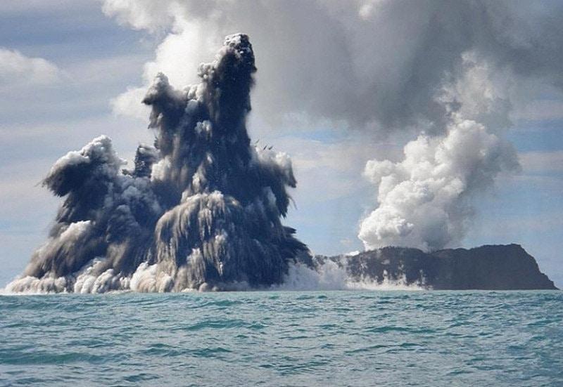 Vào ngày 22-6-2019, núi lửa Raikokoe phun trào, bắn lên một cột khí và tro bụi cao chót vót trên Bắc Thái Bình Dương. Vụ phun trào lớn đến mức các phi hành gia có thể nhìn thấy nó từ Trạm vũ trụ quốc tế và chụp lại hình ảnh đám mây đang lan rộng. Các hạt từ vụ phun trào này lan vào tầng bình lưu, gây ra sự tán xạ ánh sáng biến hoàng hôn và bình minh thành màu tím. Ảnh: NASA