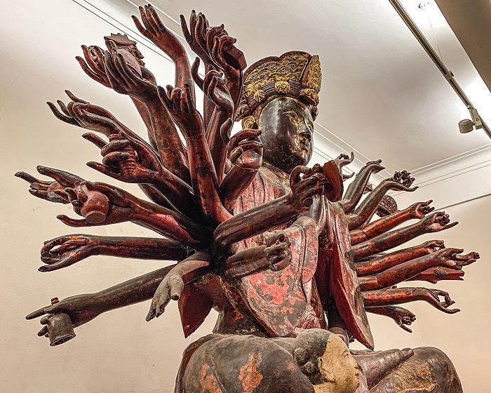 Hai bên thân tượng được khoét sâu các lỗ để tra cánh tay, sau đó gắn kết bằng sơn ta