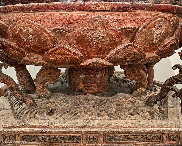 Các chi tiết tinh xảo cạnh bên những mảng thô mộc trên tượng
