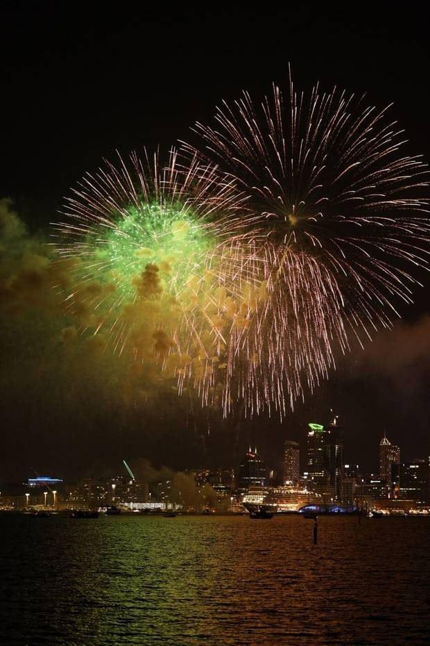 Pháo hoa bừng sáng trên bến cảng Auckland (