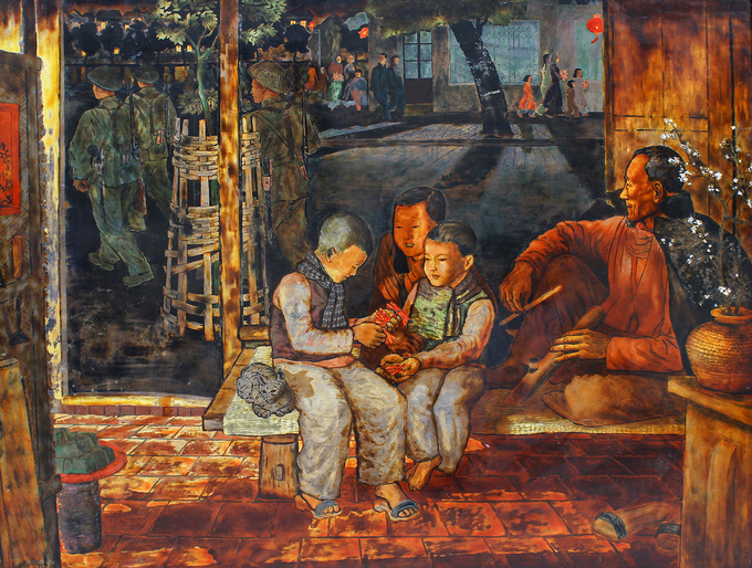Tranh sơn màiĐón giao thừa(1958) của hoạ sĩ Lê Quốc Lộc (1918-1989). Những đứa trẻ (giữa) đang chia nhau dây pháo, bên ngoài là khung cảnh những người lính đi tuần và người dân đổ ra đường đón năm mới. Nhà nghiên cứu mỹ thuật Nguyễn Hải Yến đánh giá, kỹ thuật sơn mài của hoạ sĩ Lê Quốc Lộc đã tạo ra một phong cách tiêng biệt với những mảng màu nhẹ chồng lớp. Ông dùng nhiều màu vàng trên tác phẩm nhưng không loè loẹt, gợi ra chiều sâu thẳm của thời gian.