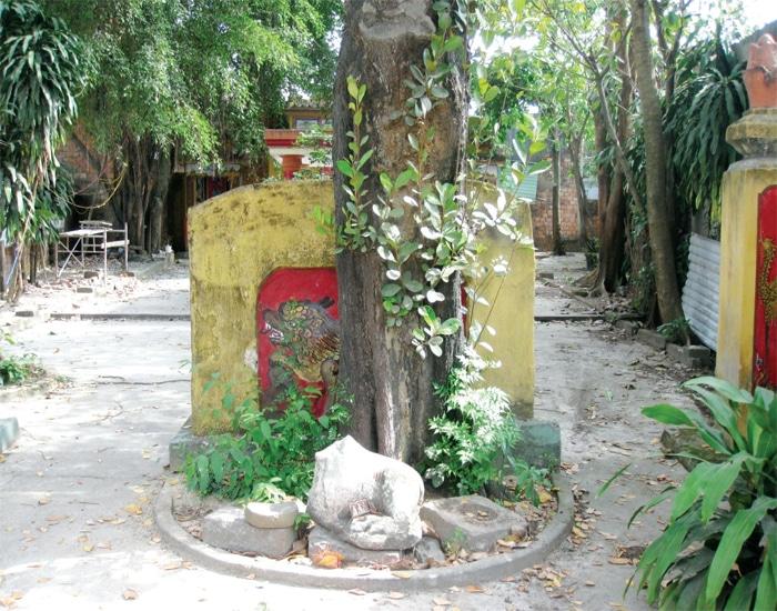 Bò thần Nandin, đá và gạch Chàm dưới bức bình phong tại lăng Ông Bình Hò,
