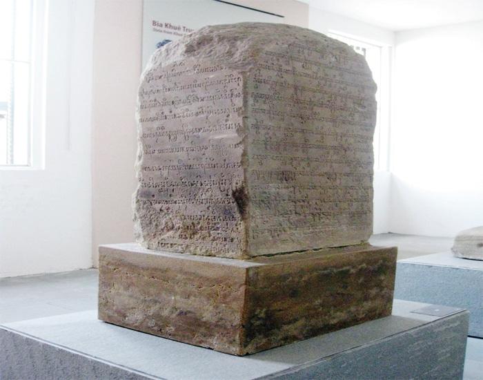"""Bia """"Khuê Trung"""", tại Bảo tàng Điêu khắc Chăm Đà Nẵng"""