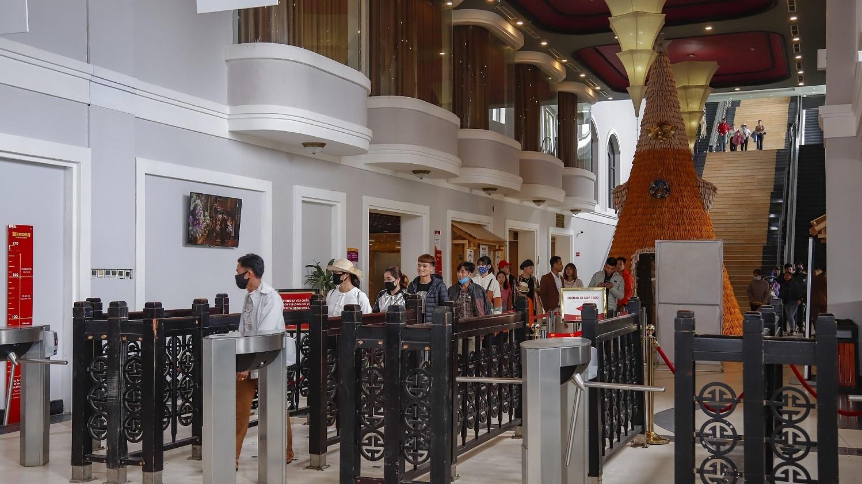 Du khách xếp hàng giãn cách 1 mét tại Sun World Fansipan Legend