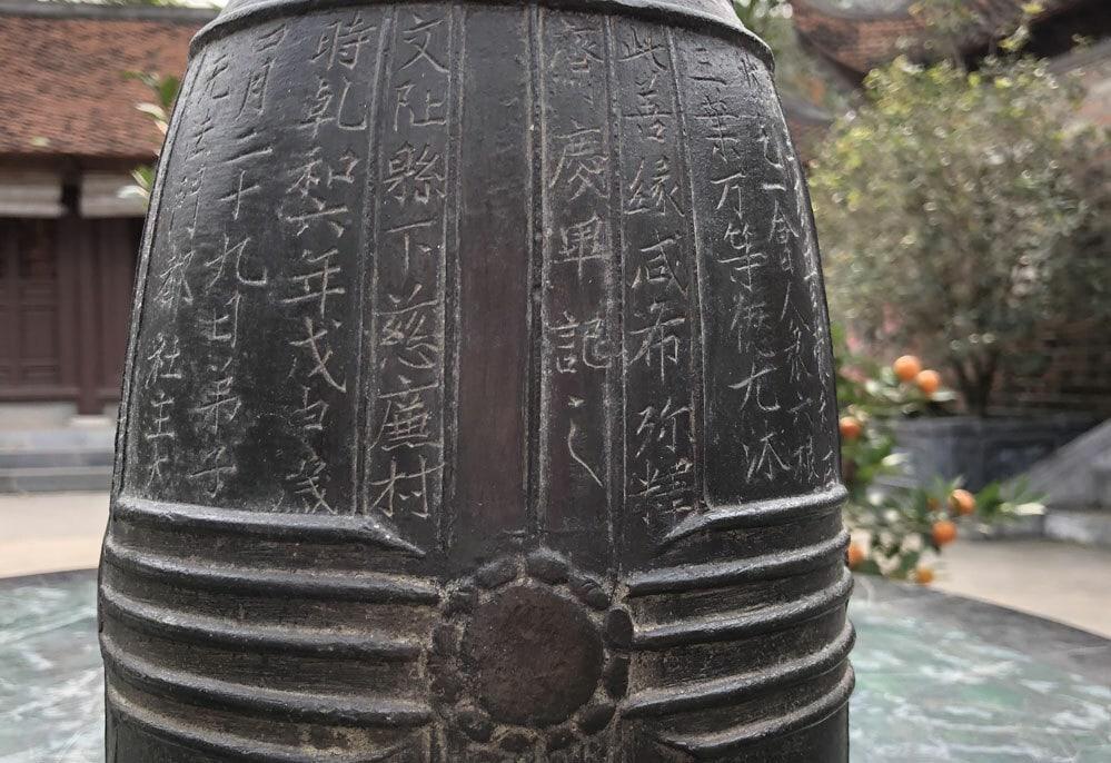 Minh văn khắc trên thân chuông Nhật Tảo. Ảnh: Phương Lam.
