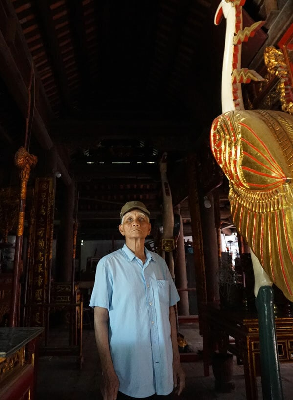 Ông Nguyễn Văn Thao gắn bó với đình Nhật Tảo từ những năm 1990. Ảnh: Phương Lam.