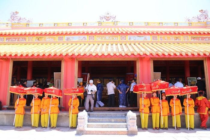 Đoàn rước dừng trước đền thờ vua Hàm Nghi và các tướng sĩ Cần Vương. tại thành Tân Sở