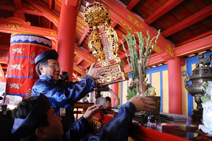 Long vị vua Hàm Nghi được ông Hà Sỹ Đồng đặt lên án thờ trong Đền thờ vua Hàm Nghi.