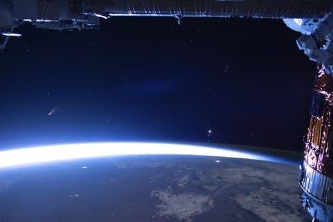 Ảnh chụp sao chổi Neowise, vệt sáng bên trái, được phi hành gia chụp từ Trạm vũ trụ quốc tế. Ảnh: NASA.
