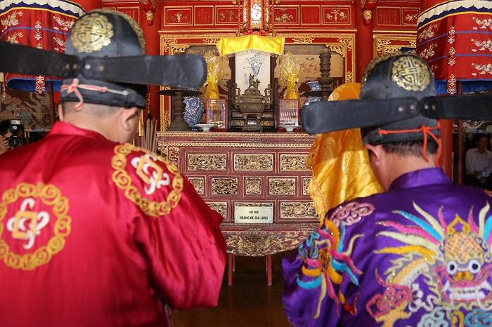 Hai vị quan đọc chúc văn ôm lư hương và Long vị dừng, bái lễ trước án thờ vua Gia Long. Gia Long là vị vua đầu tiên của triều Nguyễn.