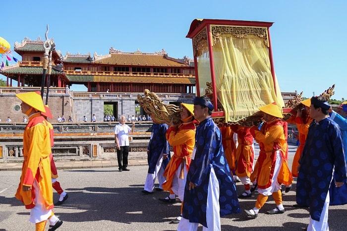 Đoàn rước Long vị đi từ Thế miếu ra Ngọ Môn, Kinh thành Huế.