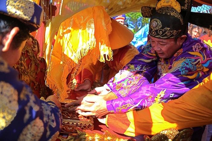 Long vị vua Hàm Nghi được cố định trên kiệu đặt trên nóc xe ôtô. Đoàn rước vượt khoảng 90 km từ kinh thành Huế đến Đền thờ vua Hàm Nghi và các tướng sĩ Cần Vương ở xã Cam Chính (huyện Cam Lộ).