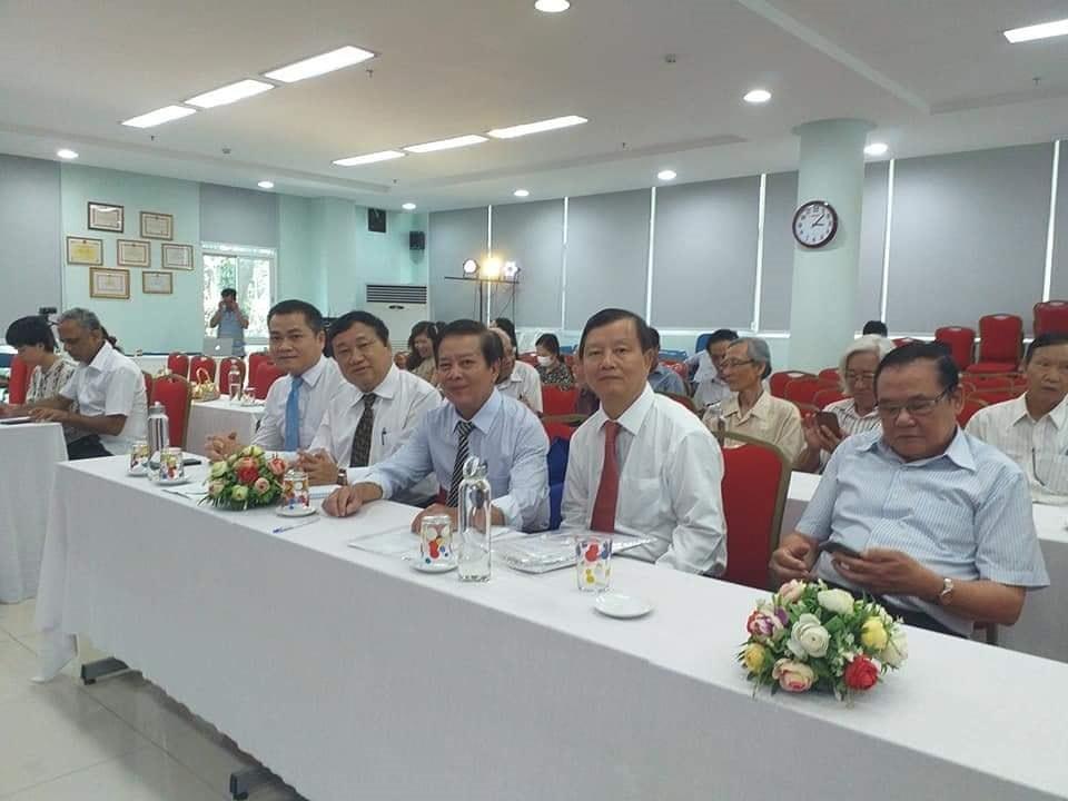 Tiến sĩ Huỳnh Văn Hoa cùng các đại biểu tham dự cuộc giao lưu, trao đổi thơ Tagore
