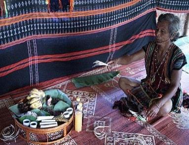 Già làng Bh'riu Pố, thôn A rất, xã Lăng Giang huyện Tây Giang chủ lễ trong một lễ cưới