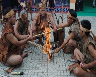 Ông Bhling Hạnh (giữa) với nghi lễ chọn đất bằng lửa và dây đót (Ảnh: Sơn Gia Phúc)