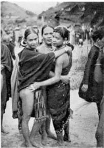 Nhóm người ôm nhau dự một cuộc lễ tại Bến Giang/ Giằng (Cliché : Claeys)