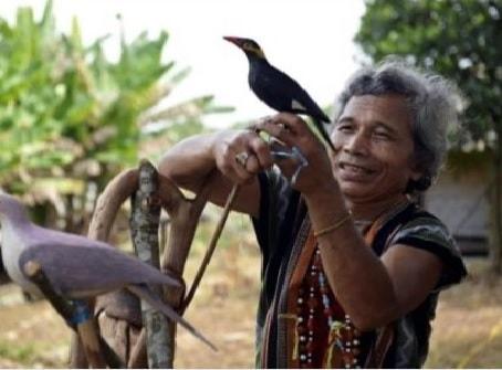 Già làng Bh'riu Pố, thôn A Rất, xã Lăng đang thiết kế cách nhử chim (St)
