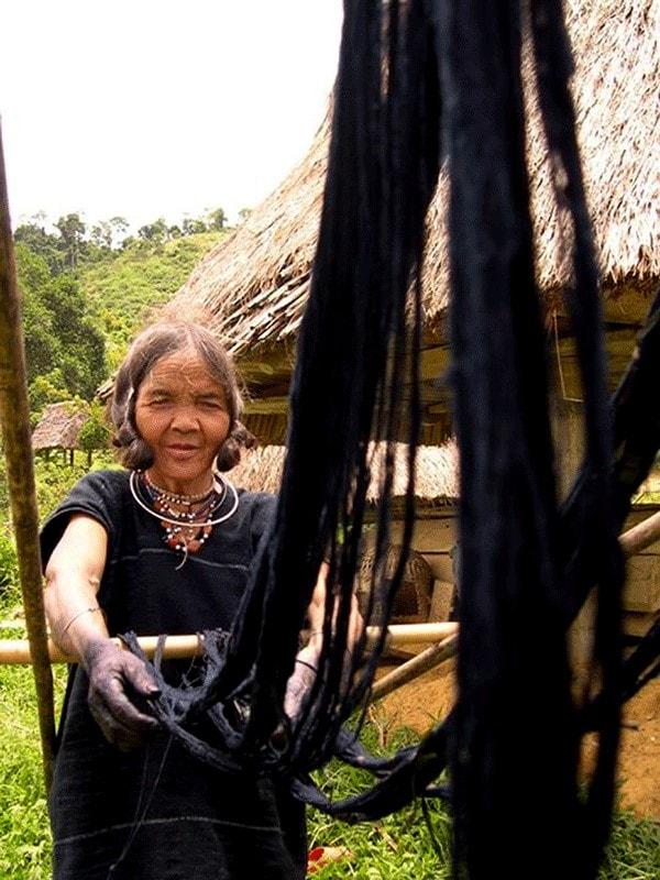 Phơi sợi sau nhuộm (Ảnh: Nguyễn Văn Sơn)