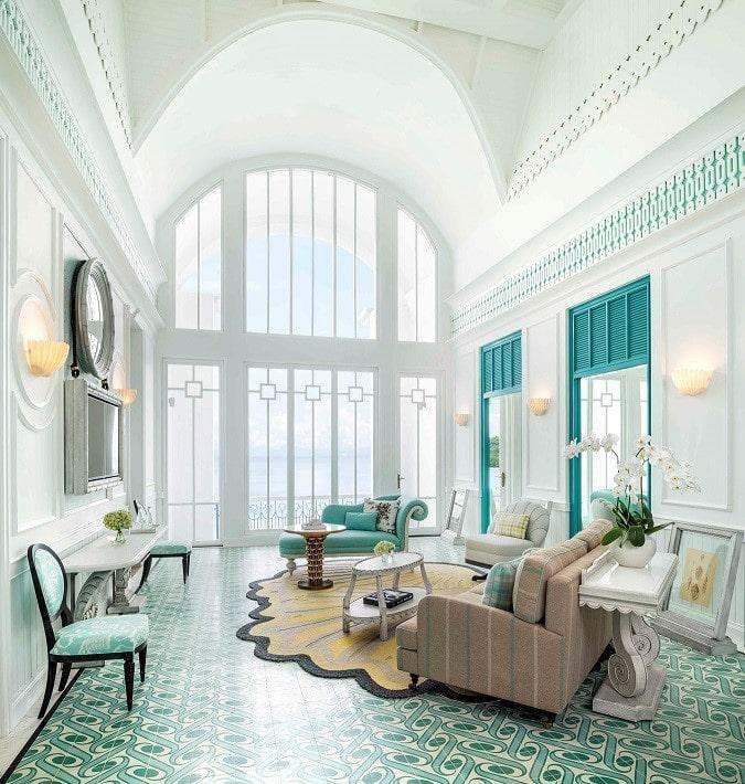 Là một trong những tác phẩm tâm đắc nhất của Bill Bensley, kiến trúc sư lừng danh thế giới với óc sáng tạo và những công trình độc đáo, thiết kế đặc sắc cùng những gam màu ấn tượng của khu nghỉ dưỡng JW Marriott Phu Quoc Emerald Bay khiến du khách không khỏi choáng ngợp và say mê.