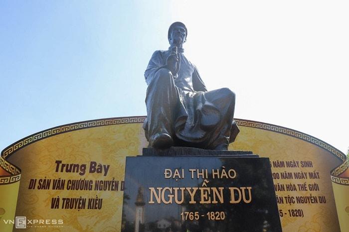 Đặt giữa sân trong khu di tích là bức tượng Nguyễn Du cao 1,5 m làm bằng đồng, khăn đóng áo dài, tay cầm bút lông.