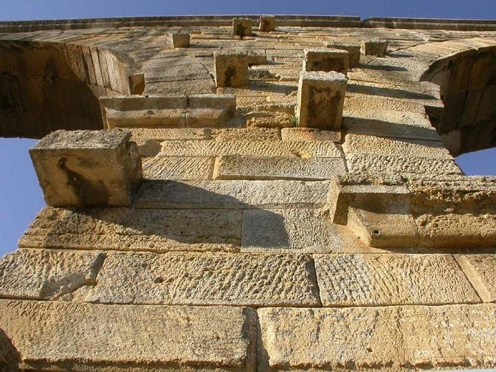 Những khối đá khớp nhau đến hoàn hảo nhờ ma sát và trọng lực. Trên từng khối đá đều khắc số, chỉ dẫn về vị trí... Ảnh: Horizon Provence
