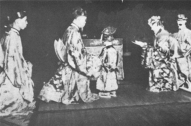 7 phát súng thần công đã được bắn khi Bảo Long chào đời, cả hoàng tộc mừng rỡ đón người sẽ kế vị ngai vàng. Trong ảnh là lễ sắc phong Thái tử của Bảo Long.
