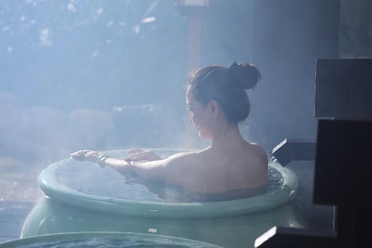 Tắm khoáng nóng: Bạn có thể lựa chọn khu tắm tiên (tắm nude) hoặc khu tắm khoáng ngoài trời. Khu tắm tiên chia thành 2 khu vực riêng biệt cho nam và nữ, gồm các loại hình bể tắm đá, bể chum, bể nằm, bể hang với nền nhiệt khác nhau, khoảng trên dưới 40 độ C. Thời gian tắm tùy theo nhiệt độ các bể và sức khỏe mỗi người.