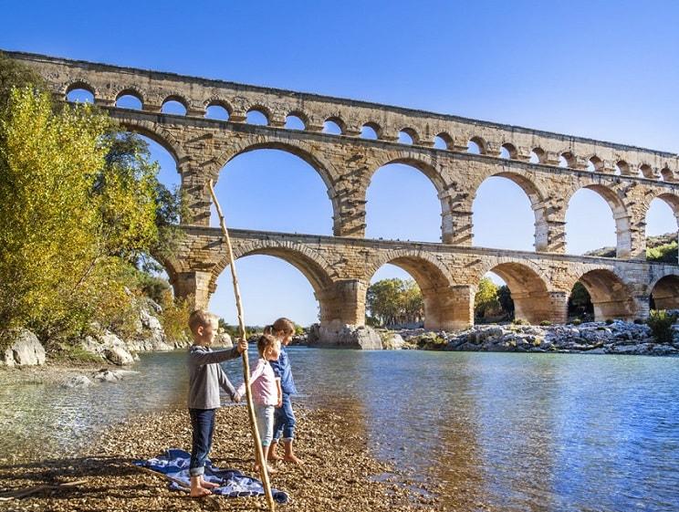 Tầng 1 của cây cầu có 6 nhịp vòm, dài tổng cộng 142 m. Tầng 2 có 11 nhịp vòm, dài 242 m. Tầng 3 ban đầu có 47 nhịp, hiện còn 35 nhịp, dài tổng cộng 275 m. Ảnh: Pont du Gard