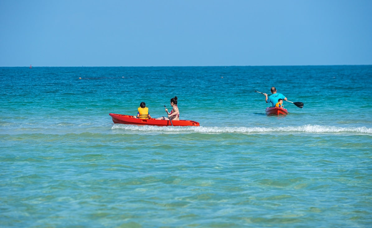 Không những vậy, đại dương cũng là một nguồn sinh khí tiếp sức cho kì nghỉ của bạn thông qua những môn thể thao dưới nước như ván chèo kayak và yoga, hay những môn thể thao bãi biển để bạn vui chơi cùng bạn bè và gia đình như bóng chuyền và bóng đá trên cát